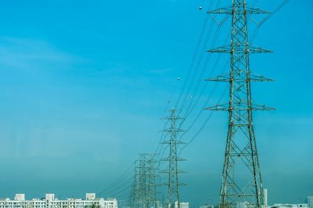 Hochspannungsmasten in der ganzen Stadt Standard-Bild - 36075470