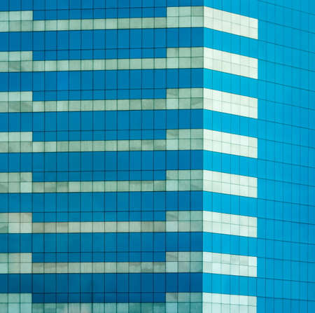 Glasbürofenster, das den Himmel reflektiert Standard-Bild - 36075479