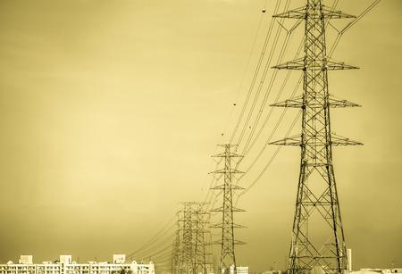 Hochspannungsmasten in die Stadt übergeben Standard-Bild - 36455947