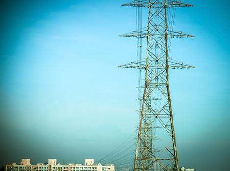 Hochspannungsmasten in die Stadt übergeben Standard-Bild - 36455950