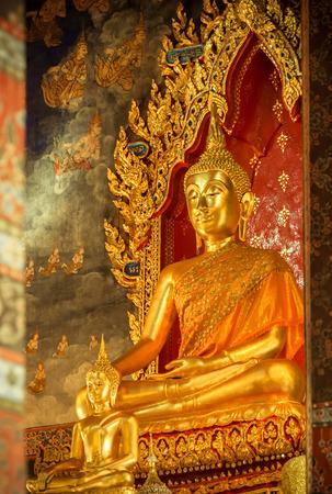 Buddha-Statue in der Kirche sah ruhig Standard-Bild - 36455952