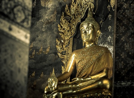 Buddha-Statue in der Kirche sah ruhig Standard-Bild - 36457193