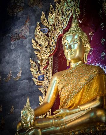 Buddha-Statue in der Kirche sah ruhig Standard-Bild - 36457196
