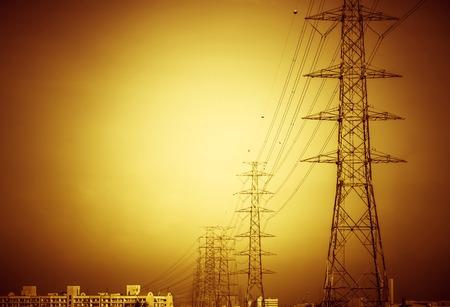 Hochspannungsmasten in die Stadt übergeben Standard-Bild - 36965090