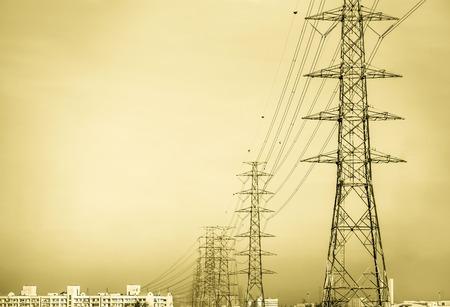 Hochspannungsmasten in die Stadt übergeben Standard-Bild - 37103719