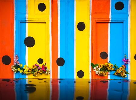 Farbige Muster auf der Wand mit einem Reflexions Standard-Bild - 37408445