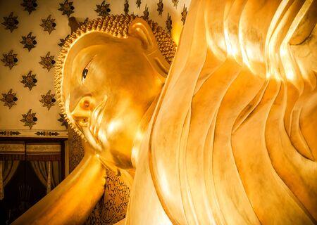 Buddha-Statue täuscht vor, zu schlafen, schauen Sie eine Ruhe Standard-Bild - 37408458