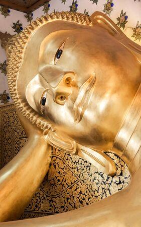Buddha mit Armlehne sah friedlich Standard-Bild - 38073593