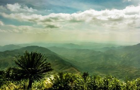 Schöne Wolken mit Sonnenlicht überliefert auf den Hügeln Standard-Bild - 39605096