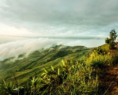 Der Berg mit schönen Wolken im Morgen Standard-Bild - 39605098
