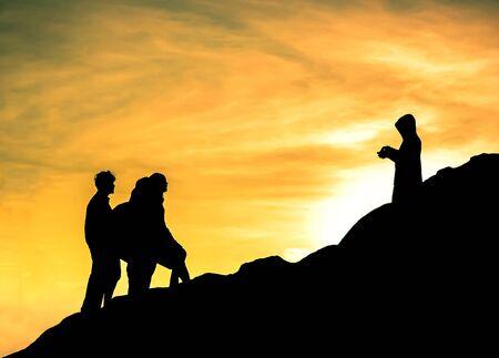 Silhouette Menschen sind immer etwas auf dem Hügel Standard-Bild - 40220648