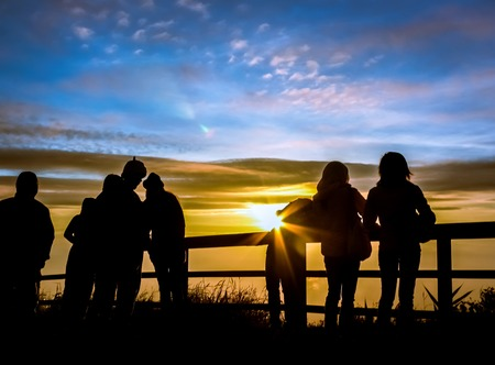 Silhouetten Touristen schauen Sonnenaufgang Blick auf Aussichtspunkt auf Berg im Norden von Thailand Standard-Bild - 40220651