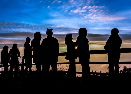 Silhouetten Touristen suchen Sonnenaufgang am Aussichtspunkt auf phutabberk Berg im Norden von Thailand Standard-Bild - 40220652