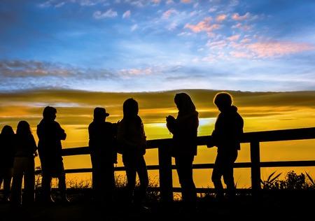 Silhouetten Touristen schauen Sonnenaufgang Blick auf Aussichtspunkt auf Berg im Norden von Thailand Standard-Bild - 40220670