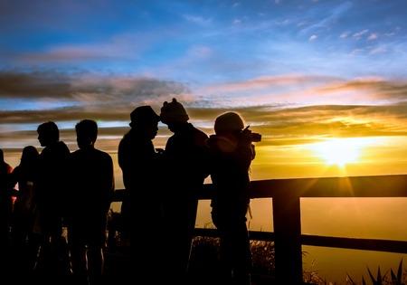 Silhouetten Touristen suchen Sonnenaufgang am Aussichtspunkt auf phutabberk Berg im Norden von Thailand Standard-Bild - 40732331