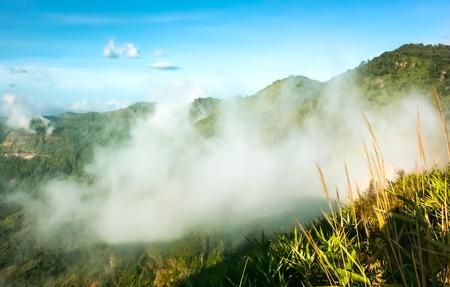Wolken und Nebel auf dem Berg sah wunderschön am Morgen Es ist die phutabberk Berg im Norden von Thailand Standard-Bild - 41063307