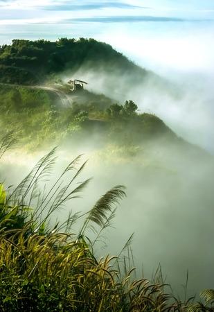 Wolken und Nebel auf dem Berg sah wunderschön am Morgen, Es ist das phutabberk Berg im Norden von Thailand Standard-Bild - 42479579