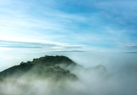 Wolken und Nebel auf dem Berg sah wunderschön am Morgen, Es ist das phutabberk Berg im Norden von Thailand Standard-Bild - 42479578