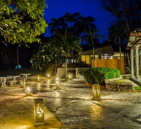 The cobblestone walk to the resort beach house in evening Standard-Bild