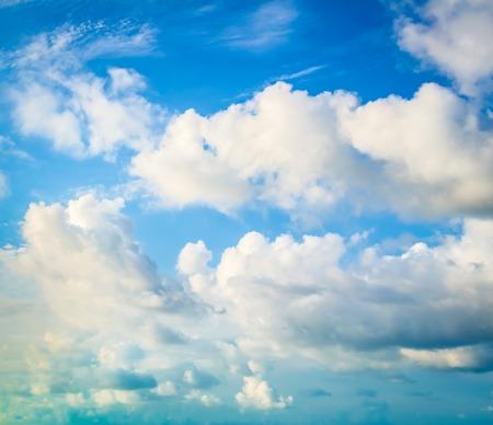 Schöne Wolken in einem blauen Himmel Standard-Bild - 47009544