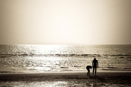 Touristen zu Fuß am Strand bei Sonnenuntergang Standard-Bild - 51233310