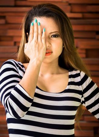 ojos vendados: Una mujer joven y bella se vendaron los ojos a s� misma porque ella no sabe algo