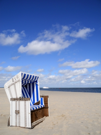 spiaggia sedia vuota e la nave Archivio Fotografico