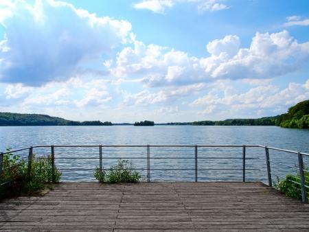 호수에 아름다운 전망을 감상 할 수있는 나무 테라스