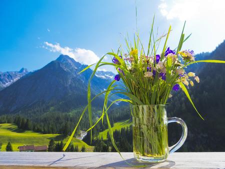 champ de fleurs: un bouquet de fleurs des champs et le paysage alpin Banque d'images
