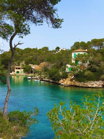paisaje mediterraneo: casas junto a la bahía en el paisaje mediterráneo con el mar turquesa