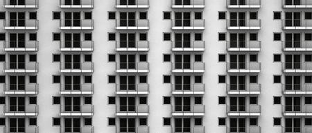 Fachada: fachada de gran altura ficticia con apartamentos con balcón anónimos