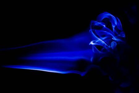 Résumé fumée bleue tourbillonne sur fond noir Banque d'images - 41758723