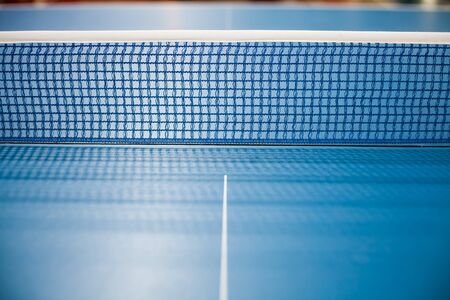 Table tennis net, blue spruce was spread. Banque d'images