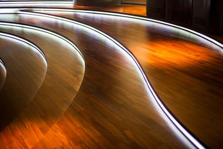 地上の客室は、ライトで飾られています。 写真素材
