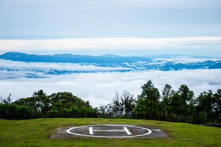 Helipad and sea fog Doi Ang Khang, Chiang Mai, Thailands highest mountain. Banque d'images