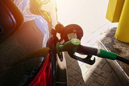 車の燃料タンク内のガソリン燃料ポンプノズルのクローズアップ。ガソリンスタンドでの燃料補給車のコンセプト