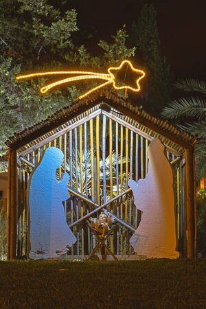Christmas installation on theme of birth of Jesus Christ, shadow and silhouette. Street decoration on the eve of Christmas Foto de archivo - 127561894