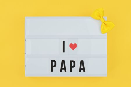 Happy Fathers Day flat lay. Lightbox with text i love papa on yellow background with red heart. Greeting card to celebrate Fathers day 스톡 콘텐츠
