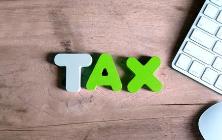 Belasting met toetsenbord op kantoor. Online belasting betaling concept.