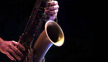 Musicien de jazz jouant des instruments de musique jazz saxophone. Banque d'images