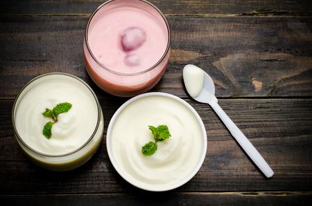 fresa: yogur casero en el vidrio en el fondo de madera, alimentos saludables