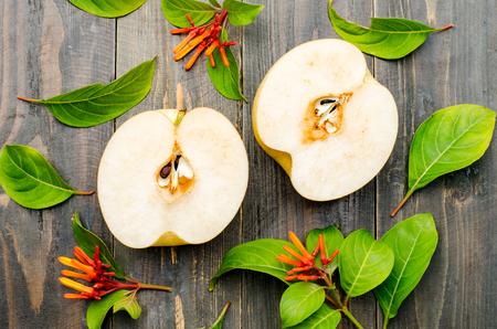 pera: Pera asiática fresca sobre fondo de madera Foto de archivo