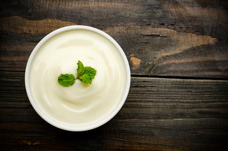 yogurt: Yogur hecho en casa en la copa sobre fondo de madera, comida sana