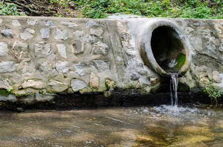 aguas residuales: El tubo de drenaje de hormigón o agua de desagüe de alcantarillado Foto de archivo