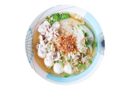 Thais voedsel, Kruidige die noedelsoep in een kom op witte achtergrond wordt geïsoleerd