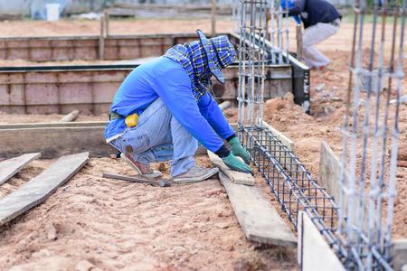 Les travaux de construction, le travailleur de coffrage sur le chantier
