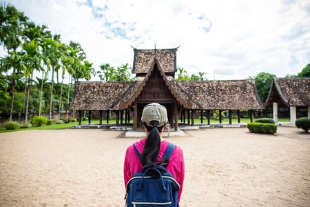 Vista posteriore del viaggiatore wowan in piedi al Wat Ton Kwen (Wat Inthrawat), antico tempio a Chiang Mai, Thailandia