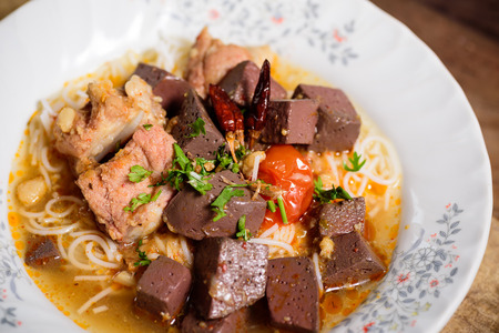 Thai rice noodles spicy soup (Kanom Jeen Nam Ngeaw), Northern Thai food Banque d'images