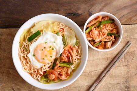 Soupe épicée de nouilles de kimchi avec l'oeuf et les légumes, nourriture coréenne