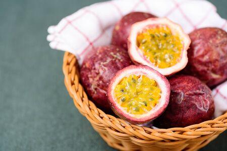 Frutto della passione fresco in un cestino, frutta tropicale e salutare